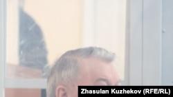 Қазақстанның бұрынғы денсаулық сақтау министрі Жақсылық Досқалиев сот залында.
