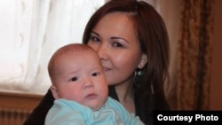 Алия Турусбекова, жена оппозиционного политика Владимра Козлова, с сыном Аленом.