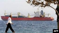 Як повідомляє Reuters, судна, власники яких не перебувають у санкційному списку, тепер також утримуються від заходження в українські порти