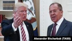 АҚШ президенті Дональд Трамп (сол жақта) Ресей сыртқы істер министрі Сергей Лавровпен кездесіп тұр. Вашингтон, 10 мамыр 2017 жыл.