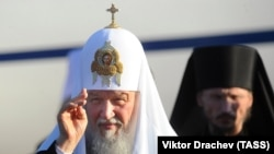 Патриарх Кирилл (слева) во время встречи в аэропорту Минска. 13 октября 2018 года