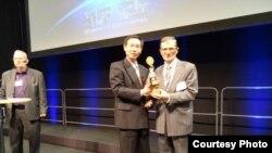 Ljubomir Samardžija, inovator iz Bihaća preuzima na dodjeli jedne od brojnih nagrada