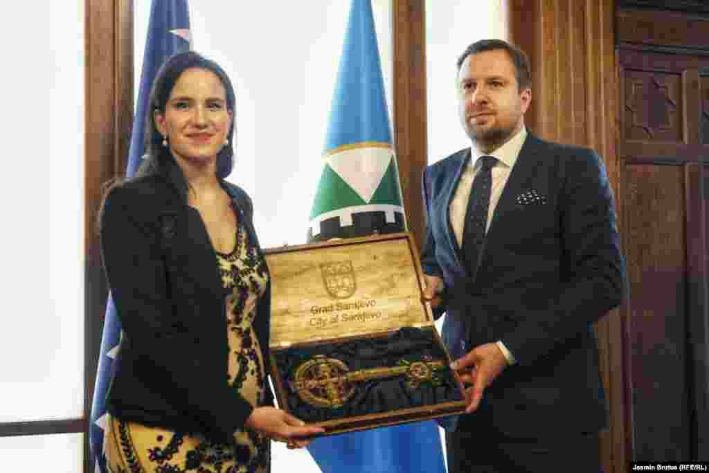 БОСНА И ХЕРЦЕГОВИНА - Бењамина Кариќ е новата градоначалничка на Сараево со 26 гласа ЗА од советниците на Градскиот совет на Град Сараево.
