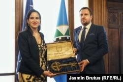 Prethodni gradonačelnik Sarajeva Abdulah Skaka predaje ključ grada svojoj nasljednici Benjamini Karić (8. april)