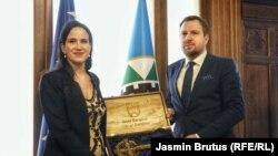 """Поранешниот градоначалник на Сараево, Абдулах Скака, ѝ го предаде """"клучот од градот"""" на новата градоначалничка Бењамина Кариќ, Сараево, 8 април 2021"""