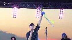 «Коли ти наодинці»: солист «Бумбокс» посвятил песню Сенцову (видео)