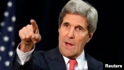 ABŞ dövlət katibi John Kerry Washington-da mətbuat konfransında, 18 mart, 2014.