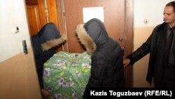 ҰҚК қызметкерлері «Голос республики» газетінің принтерін әкетіп барады. Алматы, 2 ақпан 2012 жыл.