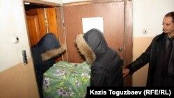 Чекисты выносят завернутый в упаковку принтер из офиса редакции оппозиционной газеты «Голос республики». Алматы, 2 февраля 2012 года.
