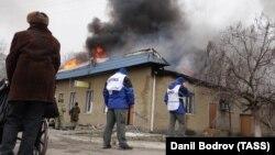 Сотрудники ОБСЕ на месте обстрела одного из жилых районов города Мариуполя, 24 января 2015 года