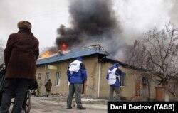 Сотрудники ОБСЕ на месте обстрела одного из жилых районов города Мариуполя