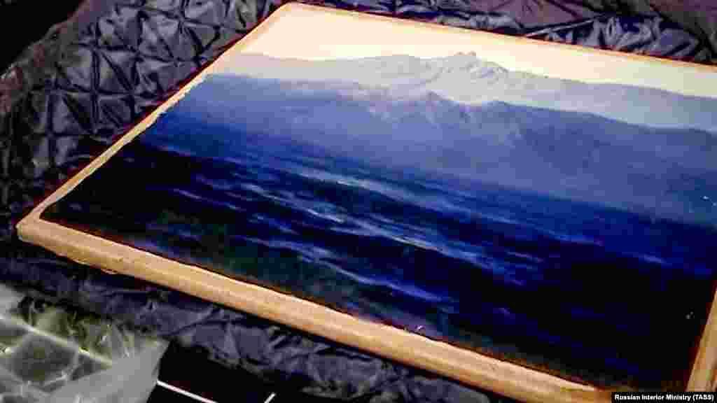 Так картина «Ай-Петрі. Крим» виглядала після того, як її знайшли в селищі Заріччя Московської області. Російські музейники знайшли подряпини на викраденій картині. Обвинувачений у крадіжці Денис Чуприков був відправлений до колонії на три роки