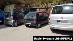 Kosovë: makina me targa KM në Mitrovicën e Veriut.