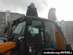 Зьміцер Дашкевіч на даху трактара