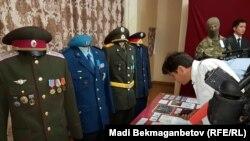 Военная форма и награды, которые, как заявили журналистам в КНБ, были изъяты при обысках у Тулешова. Астана, 11 июля 2016 года.