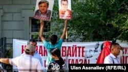 Акция в поддержку Омурбека Текебаева и Дуйшенкула Чотонова.