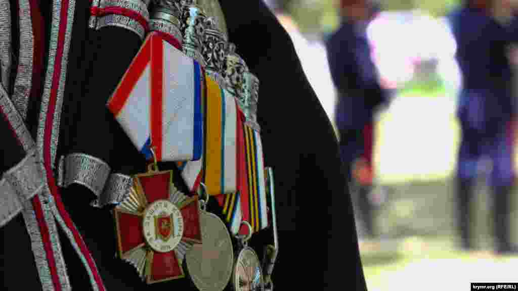 Qazaqlarnıñ köküsleri medaller tolu; olarnıñ çoqusı, yarımadanıñ ilhaq etilmesi içün berildi