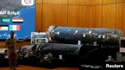 Саудия баштаган коалициянын өкүлү Турки ал-Малики Ирандыкы делген ракеталардын сыныктарын көргөзүүдө. Эр-Рияд, 26-март, 2018-жыл.