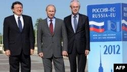 Еуропа комиссиясының президенті Жозе Мануэль Баррозо (сол жақта), Владимир Путин (ортада), Еуропалық кеңестің президенті Херман Ван Ромпей саммитте.Санкт-Петербург, 4 маусым 2012 жыл.