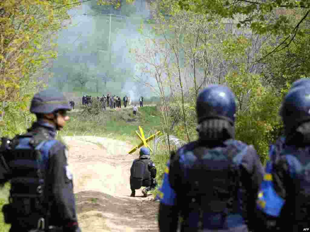 Kosovo - EULEX baca suzavac - U pokušaju protjeranih Albanaca da se vrate svojim kućama, na sjeveru Kosova, morala je intervenirati medjunarodna policija. Tamošnji gradjani srpske nacionalnosti, koji čine većinu, nisu dozvolili njihov povratak.