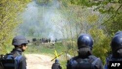 Policia e Kosovës dhe ajo e EULEX-it përdorin gaz lotsjellës për t'i shpërndarë protestuesit serbë në veri...