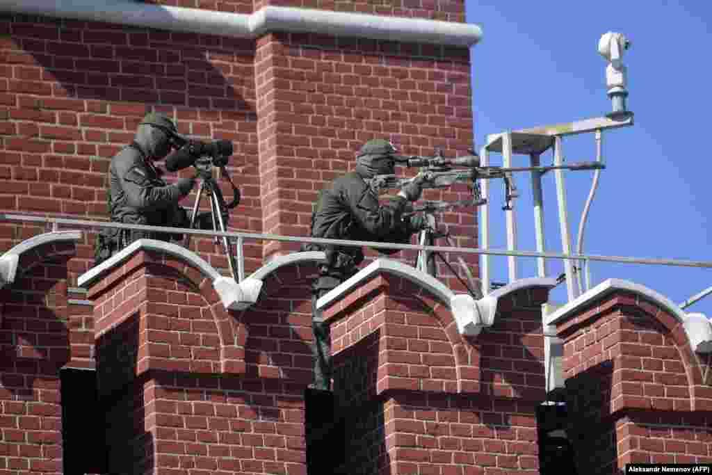 А также снайперы, контролировавшие территорию вокруг Красной площади, — но, вероятно, не из эпидемиологических соображений.