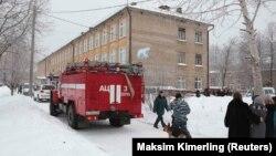 Экстренные службы рядом со зданием школы в Перми. 15 января 2018 года.