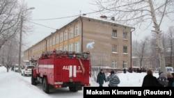 Полиция и спасатели возле школы после нападения, Пермь, 15 января 2018 года