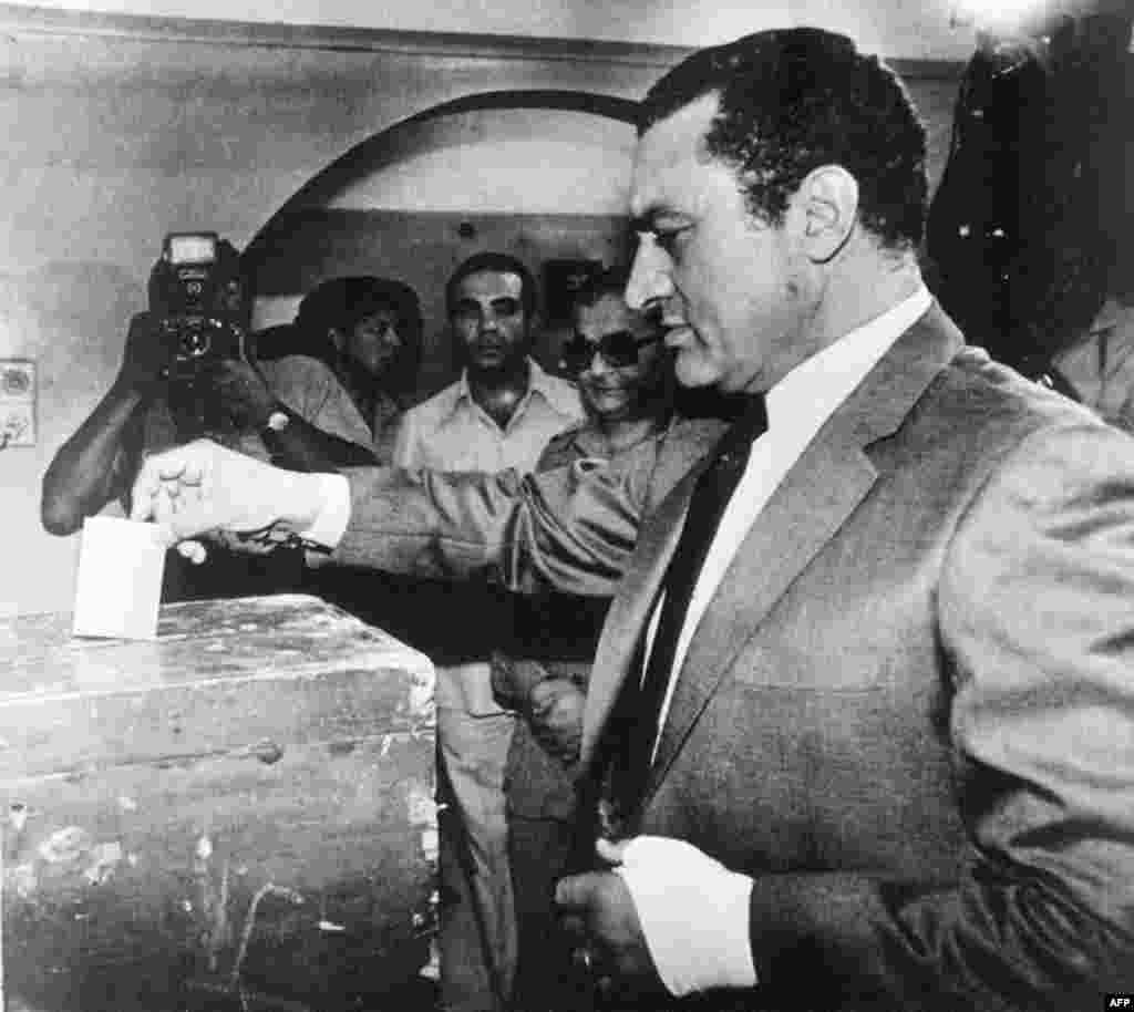 Хосни Мубарак голосует на референдуме 13 октября 1981 года в результате которого он стал президентом Египта
