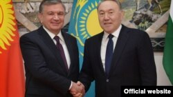 Өзбекстан президенті Шавкат Мирзияев (сол жақта) және Қазақстан президенті Нұрсұлтан Назарбаев
