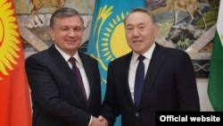 Өзбек президенти Шавкат Мирзиёев (солдо) жана казак лидери Нурсултан Назарбаев Астанадагы саммитте, 15-март 2018-жыл.