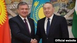 Президент Узбекистана Шавкат Мирзияев (слева) с президентом Казахстана Нурсултаном Назарбаевым. Астана, 15 марта 2018 года.