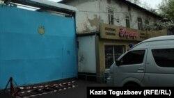 Тюремный спецавтомобиль стоит перед так называемым ежом - металлическими профилями с наваренными на них прутьями-шипами, - который предназначен для препятствования проезду на территорию СИЗО, где в этот момент проходят встречи зарубежных посетителей с казахстанскими «политическими» заключенными. Алматы, 16 апреля 2018 года.