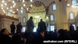 """Пятничная молитва в мечети """"Артогрул Газы"""", Ашхабад (иллюстрация)"""