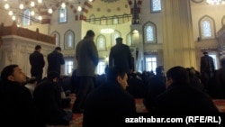 Пятничная молитва в мечети «Артогрул Газы» в Ашхабаде.