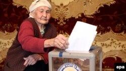 Ден соолугуна байланыштуу 11-декабрь күнкү референдумда үйүндө добуш берген кемпир.