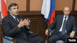 Президент Росії Володимир Путін і тодійшній президент Грузії Міхеїл Саакашвілі на зустрічі СНД, Казань, 27 серпня 2005 року
