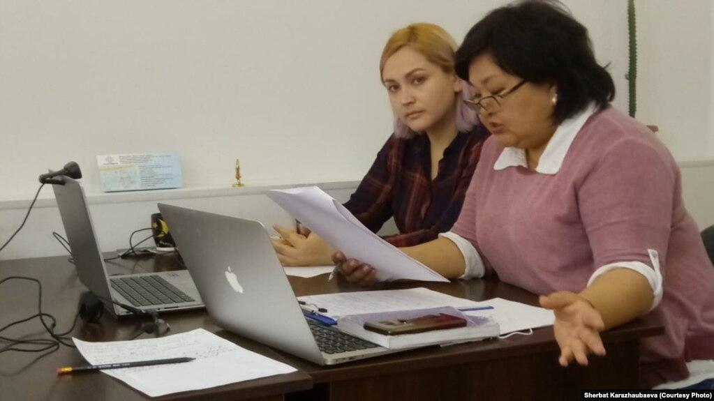 Даная Калиева и ее адвокат Жанара Балгабаева (справа) участвуют в онлайн-заседании. Алматы, 29 апреля 2020 года.