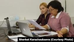 Даная Қалиева мен адвокаты Жанар Балғабаева (оң жақта) онлайн режимде өткен сот отырысы кезінде. Алматы, 29 сәуір 2020 жыл.