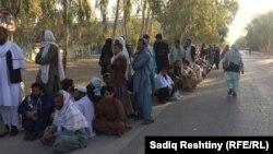 Люди ожидают возможности проголосовать на парламентских выборах, Кандагар, 27 октября 2018 года.