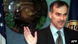 Iамеркан Цхьанатоьхна Штаташ --Нохчийчоьнан арахьарчу гIуллакхийн министр Ахмадов Илес Вашингтонерчу Къоман пресс-центрехь къамел деш, 23Заз2001.