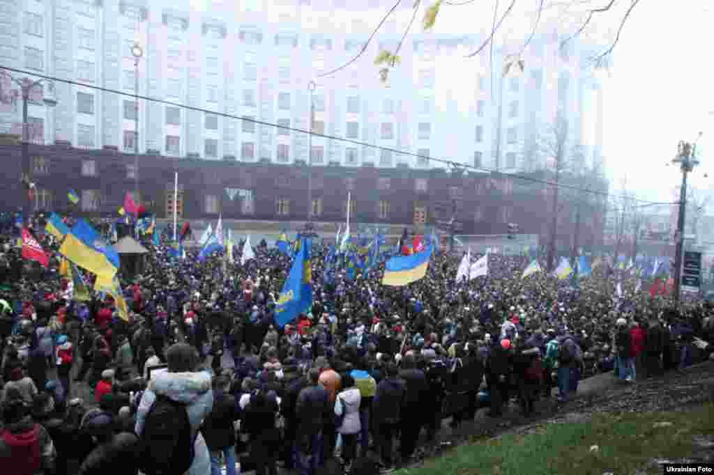 Мітингувальники за євроінтеграцію на Європейській площі в Києві біля будівлі Кабінету Міністрів, Київ, 24 листопада 2013 року