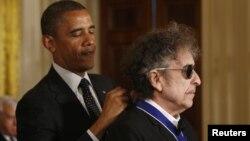 Presidenti amerikan Barack Obama (majtas) e nderon këngëtarin Bob Dylan me Medaljen Presidenciale të Lirisë në Shtëpinë e Bardhë në vitin 2012