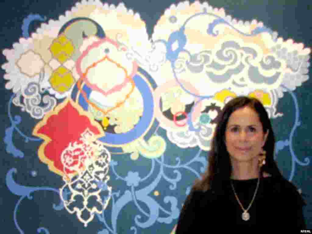 یاسمین اسفتدیاری از هنرمندان حاظر در حراجی
