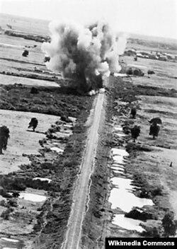 Britaniya təyyarələri Ölüm Dəmiyolu üzərindəki körpüləri bombalayır.