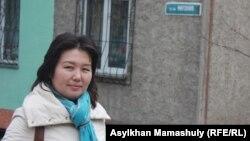 Мирзоян көшесінен өтіп бара жатқан қала тұрғыны Айгүл Сейілханова. Алматы, 27 наурыз 2014 жыл.