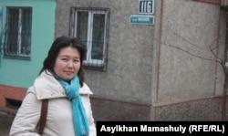 Айгуль Сеилханова, жительница Алматы, на фоне таблички с названием улицы Мирзояна.