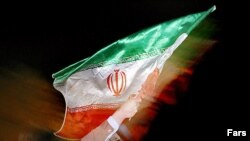 یکی از طرفداران محمود احمدینژادبا پرچم ایران در پایتخت