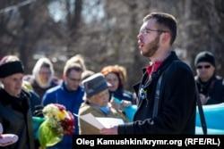 Леонид Кузьмин выступает на митинге 9 марта