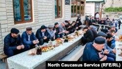 После маджлиса и торжественной части организаторы пригласили всех на ифтар (разговение)